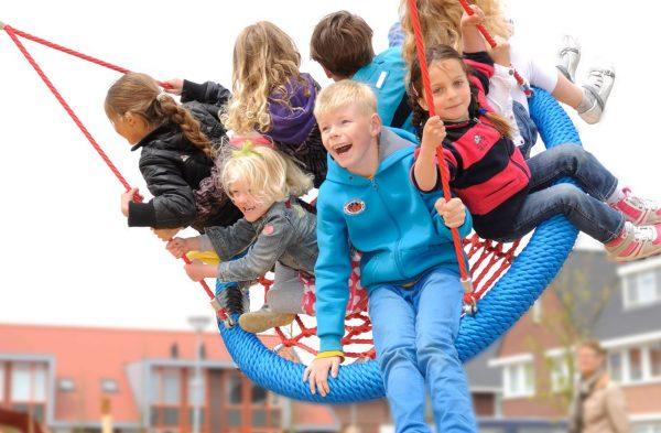 kinderen_in_mandschommel