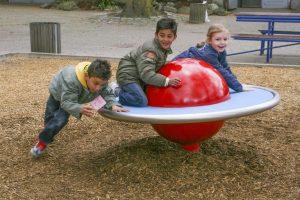 Foto: spelende kinderen op een kogelcaroussel (leverancier: Spereco)