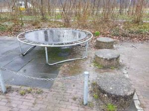 foto Speelplan: trampoline (geen activity toy) in openbare ruimte