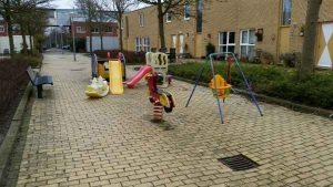 foto Speelplan: activity toys tussen echte speeltoestellen