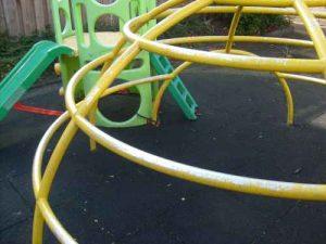 foto Speelplan: activity toy pal naast speeltoestel