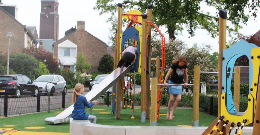 buiten spelende kinderen - foto6 Van Ee Speeltoestellen