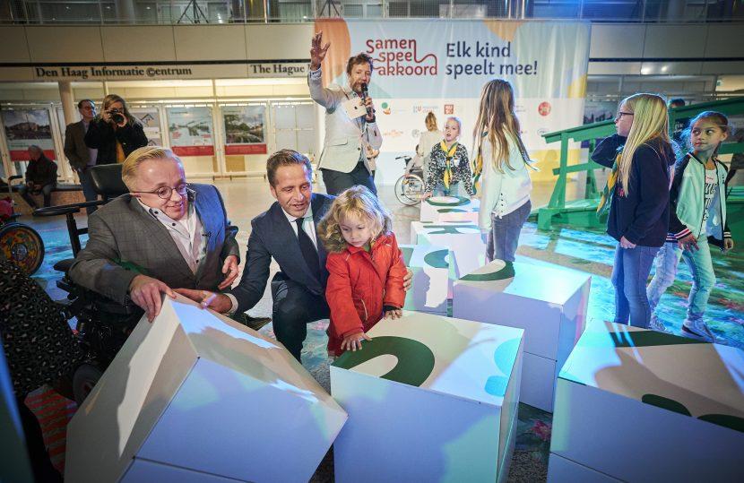 Den Haag, 3 december 2019 - Minister Hugo de Jonge van Volksgezondheid, Welzijn en Sport ondertekende samen met  minister van gehandicaptenzaken het Samen Speel Akkoord. Foto: Phil Nijhuis